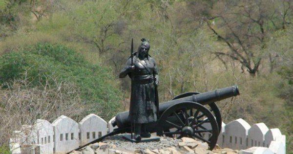 hakim-khan-sur-statue-udaipur-inmarathi