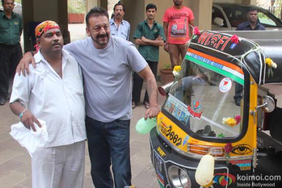 sanjay-dutt-meets-his-fan-rickshaw-driver-sandeep-bacche-inmarathi