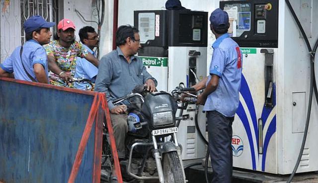 Petrol-Bunk-Scam-India-inmarathi