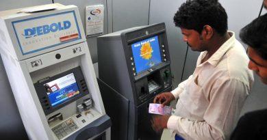 पैसे काढताना एटीएम मशीन बंद पडून आत पैसे अडकले तर काय करावे? वाचा.. समजून घ्या.