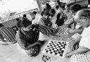 """केरळातील अख्खं गाव """"नशेडी"""" झालं असताना, बुद्धिबळाच्या पटाने सगळं चित्र पालटलं!"""
