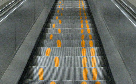 Right-Way-To-Use-Escalators-marathipizza04