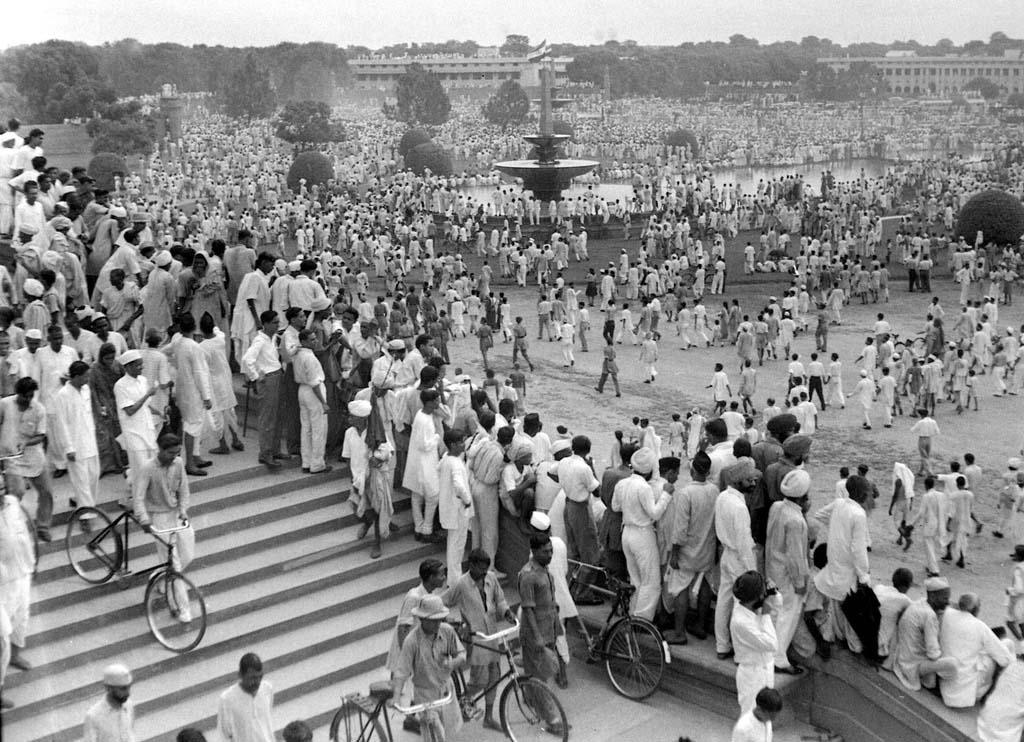 nehru-hoisted-indian-flag-on-sixteen-august-marathipizza01