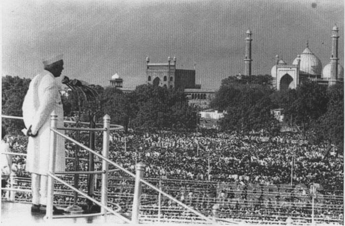 nehru-hoisted-indian-flag-on-sixteen-august-marathipizza02