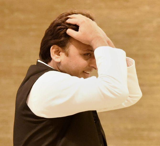 akhilesh-yadav-sad-marathipizza02