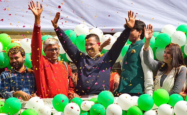arvind-kejriwal-aap-leaders-celebrate_delhi victory marathipizza