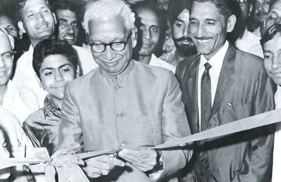 Mahashay-Dharampal-Gulati-with-Mayor-Hansraj-Gupta inmarathi