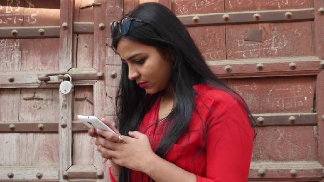 indian-girl-using-phone-inmarathi
