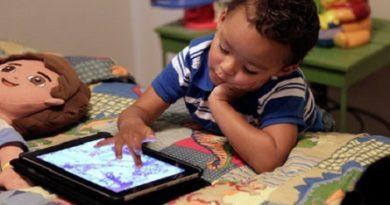 child-using-smartphones-inmarathi01