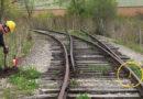 धावत्या रेल्वे इतक्या सफाईने रूळ ओलांडण्यामागे ही जबरदस्त यंत्रणा आहे