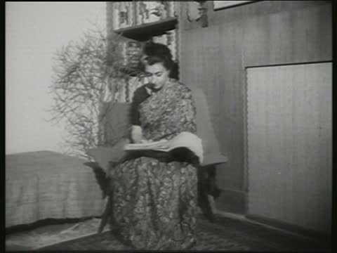 indira-gandhi-reading-inmarathi