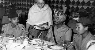 indira-gandhi-serving1-inmarathi