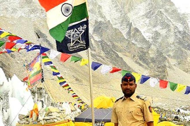 cop mount everest inmarathi