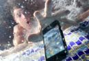 पाण्यात पडलेल्या फोनवर हे १० प्रयोग चुकूनही करू नका – महागात पडेल…!