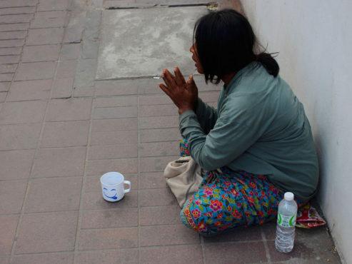 woman-beggar_praying Inmarathi