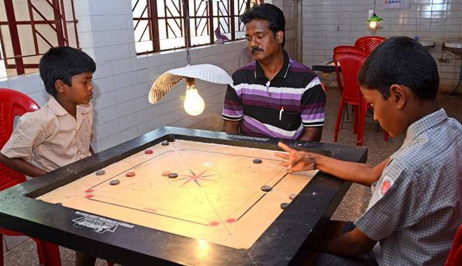 kids plays carrom inmarathi