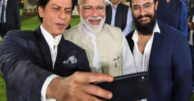 srk clicking selfie inmarathi