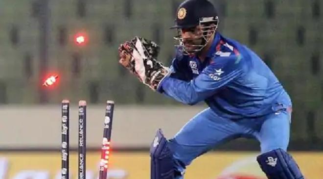 dhoni wicket keeping inmarathi