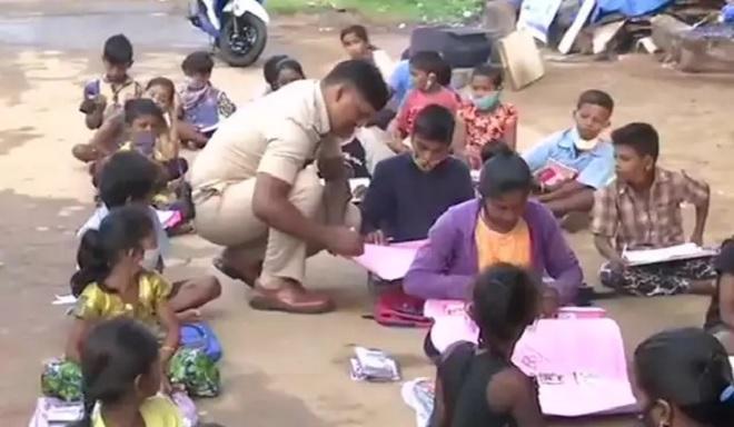 banglore cop teaches migrant inmarathi