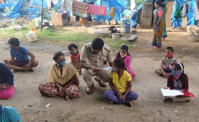 banglore cop teaches migrant inmarathi2