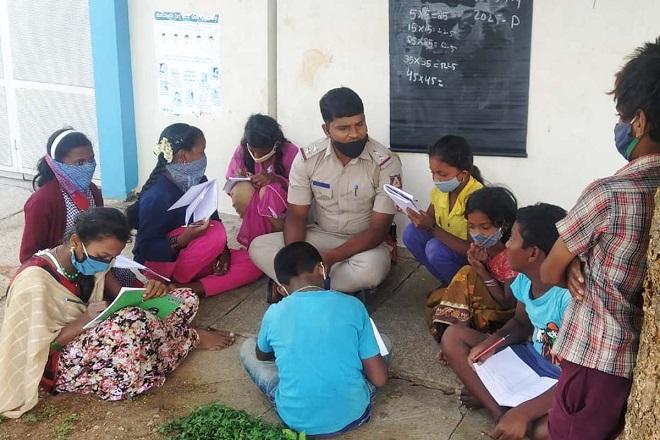 banglore cop teaches migrant inmarathi3
