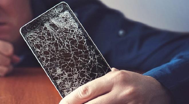 मोबाईल डिस्प्ले फुटला तर हजारोंचा फटका! मग तो वाचवण्यासाठी हे वापरा