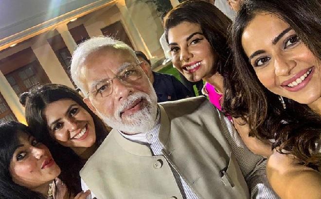 selfie of modi with actress inmarathi