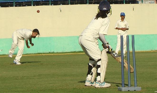 indian girls playing cricket inmarathi